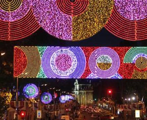 DVD (26-11-10).  Alumbrado navideño con un diseño formado por círculos, de estilo pop, en una jornada en la que la ciudad de Madrid ya anuncia la Navidad desde las seis de la tarde de hoy con el encendido de una iluminación navideña en la que el Ayuntamiento va a gastar un 33 menos que en 2009. . © Samuel Sánchez